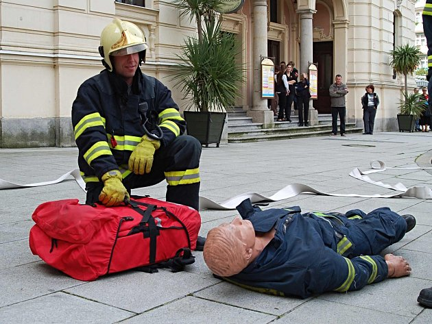 CVIČENÍ patří k práci hasičů stejně jako ostré zásahy. Takto nacvičovali zásah při simulovaném požáru v divadle.
