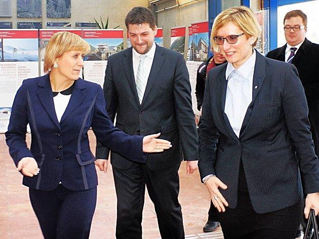 PRVNÍ Z VLÁDY. Ministryně pro místní rozvoj Karla Šlechtová (vpravo) byla prvním členem vlády, kterého letos hejtmanka Jana Vildumetzová přijala na krajském úřadu.