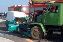 Srážka autojeřábu a osobního auta na Karlovarsku