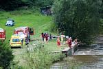 Hasiči pátrali v neděli 8. srpna odpoledne po šestnáctileté dívce, která vypadla z raftu pod radošovským jezem na Ohři.
