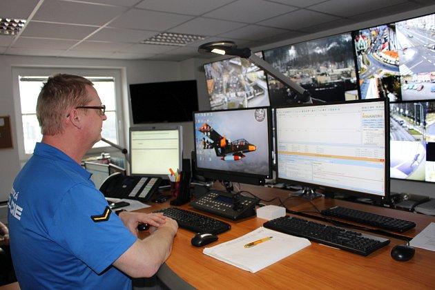 Nové společné operační středisko, kde slouží shasiči HZS Karlovarského kraje nově také strážníci karlovarské městské policie.