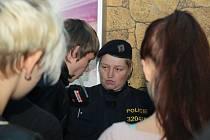 Výmluvy byly marné, klasické ´můžu aspoň na záchod´ nesklidilo takový úspěch, neboť policisté čekali přede dveřmi a nikoho nenechali uniknout.