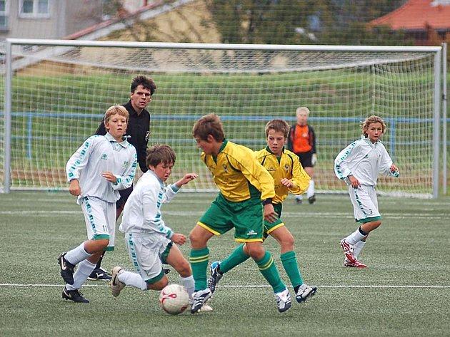 I když mladší žáci Buldoků (ve žlutém) v utkání se soupeřem z Podolí vedli dvoubrankovým rozdílem, nakonec na body nedosáhli.