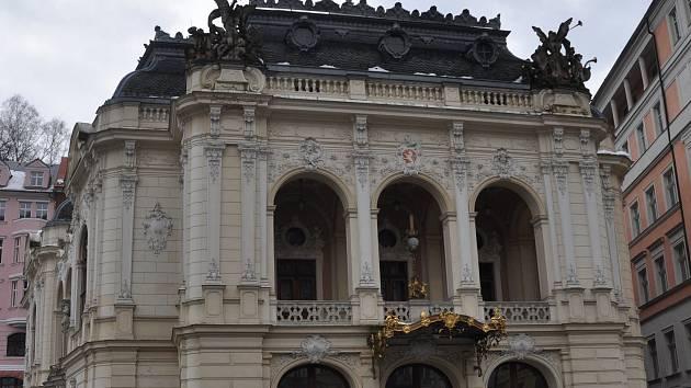 Nová břidlicová střecha karlovarského divadla měla vydržet desítky let - ale nevydržela...