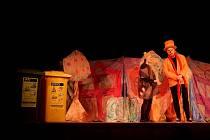 Divadlo dětí učilo třídit děti odpad v Sadově.