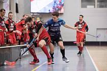 Devět branek nastříleli hráči v barvách FB Hurrican Karlovy Vary soupeři z chomutovského Florbalu.