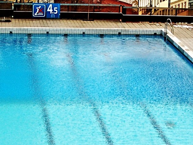Bazén hotelu Thermal si mohlo koupit město Karlovy Vary. Leč nekoupilo.
