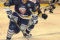 Hokejisté Energie Karlovy Vary (v bílém) porazili v prvním utkání Tipsport Cupu Liberec 4:2.