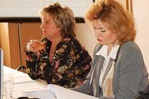 Přiznání majetku se nevyhnuly ani političky, primátorka Veronika Vlková a její náměstkyně Jana Petříková (vlevo). Náměstkyně Petříková se ale k žádnému majetku nepřiznala a veškeré kolonky proškrtala. (Ilustrační foto.)
