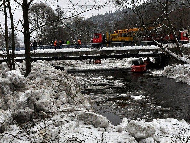 Odstraňování ledových ker z koryta řeky Teplé u Tepličky