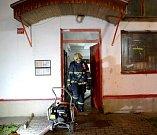 Hasiči zasahovali při požáru ubytovny v Ostrově