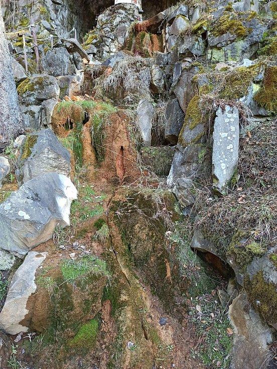 Vyvěrající voda v parku v Lázních Kyselka, který založil Jindřich Mattoni.