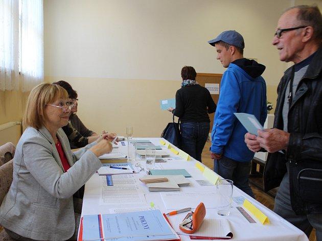 Ve městech a obcích Karlovarského kraje pokračují druhým dnem komunální volby. Po prvním dnu přišla do volebních místností zhruba čtvrtina oprávněných voličů.