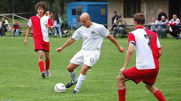 Dvě branky Kyselským dal Josef Mestl (v bílém) z týmu Bacardi.