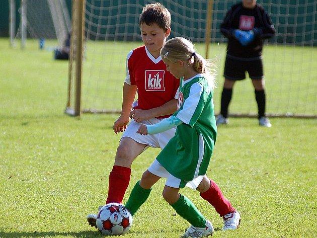 Fotbalová okresní soutěž mlladších žáků má za sebou třetí kolo. V Sedleci bojovalo o body deset družstev, ve skupině A excelovali žáčci Sedlece, ve skupině B pak Kyselka.