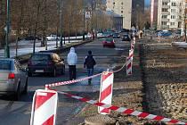 Velmi se pro chodce v Karlových Varech se stala ulice Čankovská. Provádí se zde stavební práce a většina lidí je obchází po silnici.