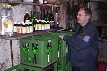 LIHOVINY VYRÁBĚL VE SKLEPĚ. 1200 litrů nejrůznějších druhů lihovin a 230 litrů čistého lihu neznámého původu našli celníci ve sklepě domu karlovarského podnikatele.