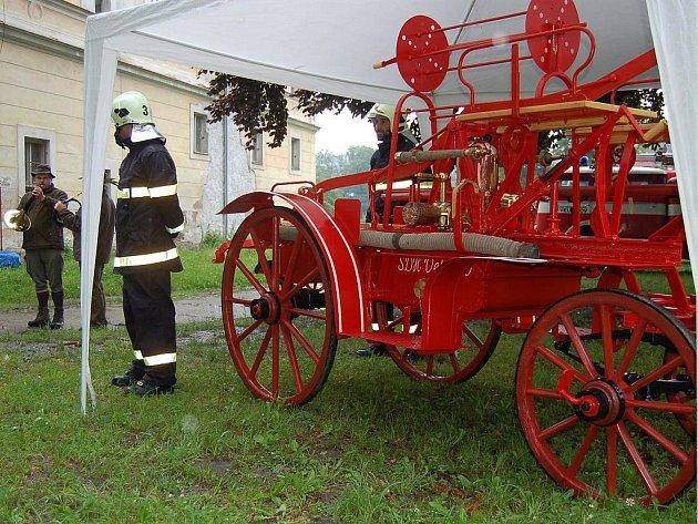 Odhalené historické hasičské stříkačky ve Velichově.