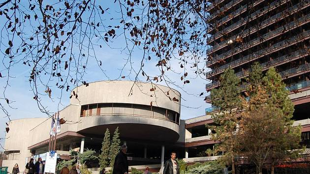 Jeden z nejvýznamnějších karlovarských hotelů, sanatorium Thermal, stále oficiálně patří státu. Ten ho chce prodat. Privatizaci však brání spor s firmou X&R.