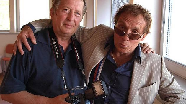 Vernisáž výstavy Jana Saudka (vpravo) přilákala do chodovské galerie kromě ctitelů Saudkova díla a obvyklých vernisážových celebrit i hejno fotografů. Doma v Karlových Varech nezůstal ani Standa Kožený (vlevo).