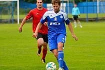 Fotbalisté Nejdku (v modrém) se loučili se sezonou domácí výhrou 4:3 nad Citicemi (V červeném).