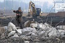 TĚŽKÁ TECHNIKA hravě zvládla i demolici bývalé ubytovny v areálu dolního nádraží.