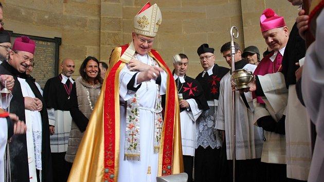 Zahájení 662. lázeňské sezony v Karlových Varech mělo na programu žehnání pramenů i průvod Karla IV.