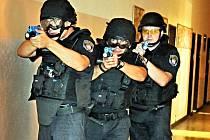 Cvičení strážníků městské policie na ZŠ. 1. Máje