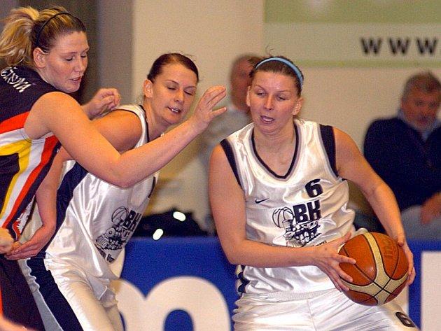 Zápas basketbalistek karlovarské Lokomotivy se Sokolem z Hradce Králové.
