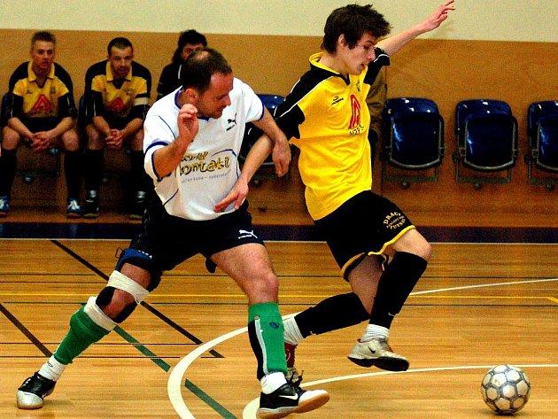 BENJAMÍNEK DRAKŮ Marek Nykodým (ve žlutém) přispěl k výhře svého týmu v duelu s mužstvem Do Dna dvěma góly. I on se tak mohl radovat z obou výher Draků.