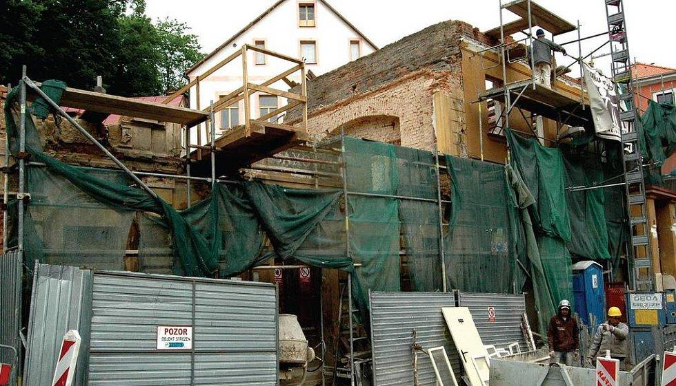 Je to demolice, nebo ne? Tyto trosky zbyly z domů Saxonie a Mantua v památkově chráněné zóně Karlových Var. Demoliční výměr na ně nikdo nevydal, přesto je stavbaři postupně rozebírají.