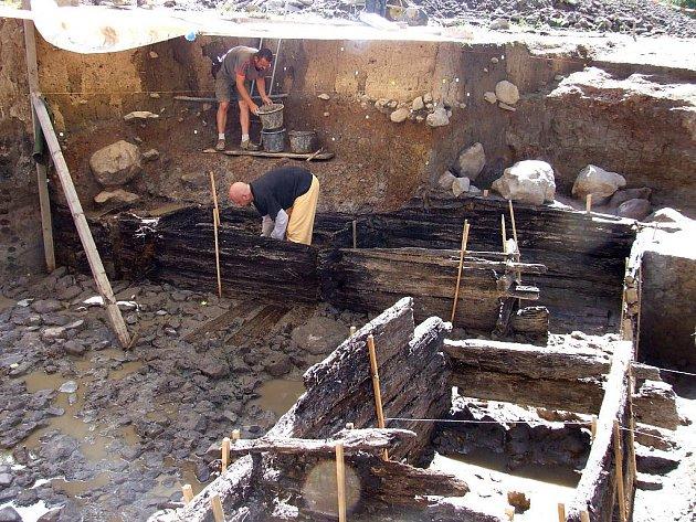 Hradiště Vladař. Archeologové odhalili vodní cisternu pocházející z první poloviny 5. století př. n. l. Část dřevěné konstrukce nyní odborníci vyjmou a odešlou ke konzervaci do muzea v Lausanne.