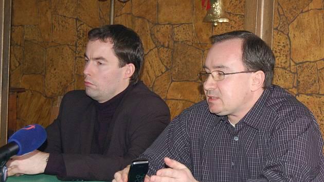 Předseda Dělnické strany Tomáš Vandas (vpravo) na tiskové konferenci v Karlových Varech.