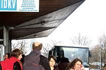 Dostat se v současné době na Klínovec bez vlastního auta je prakticky nemožné. Z Karlových Varů jezdí autobusy zatím maximálně do Božího Daru. Pak se musí pěšky.