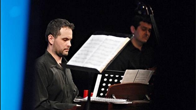 DIRIGENT a klavírista Branko Ladič.