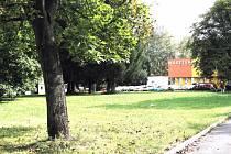 TADY STÁL. Kostel, který býval duchovním centrem Tuhnic, byl srovnán se zemí. Nyní jej bude připomínat pamětní deska, s níž spolku Žijeme Tuhnice pomůže magistrát.