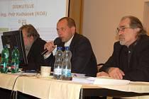 Primátor Petr Kulhánek (uprostřed) a náměstci Jaroslav Růžička (za monitorem) a Jiří Klsák (vpravo).