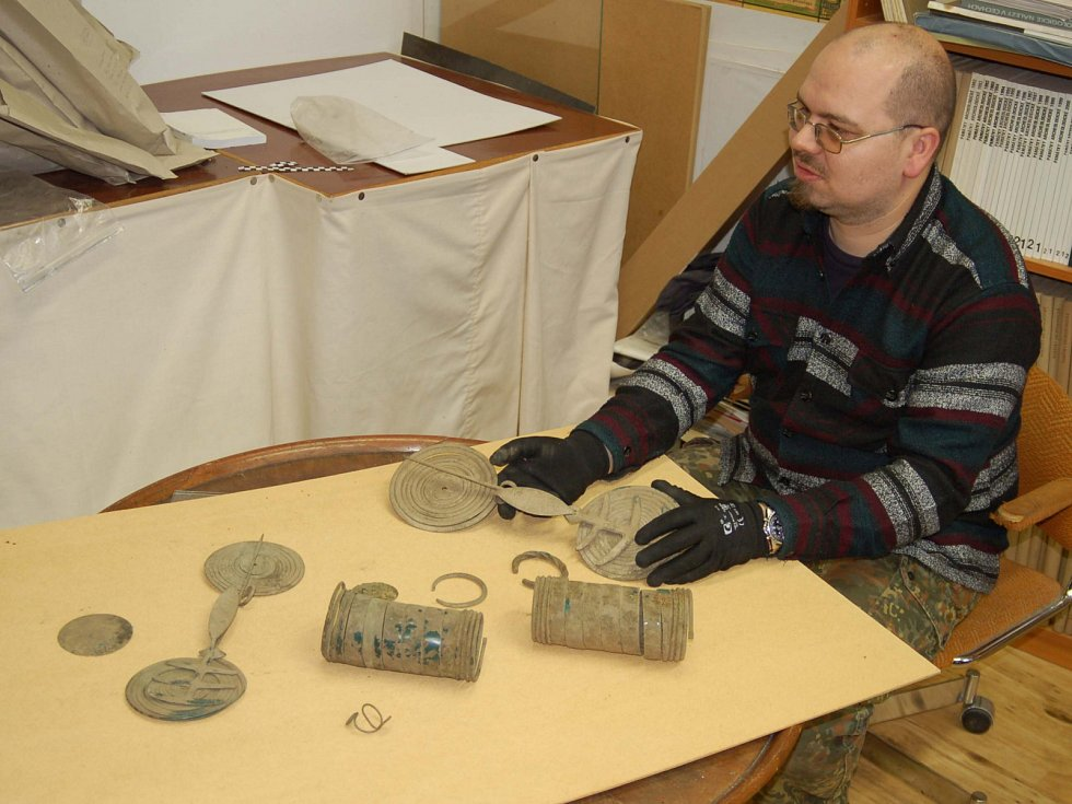 Bronzový poklad nalezený na Karlovarsku teď mají na starost pracovníci muzea včetně Jana Tajera.