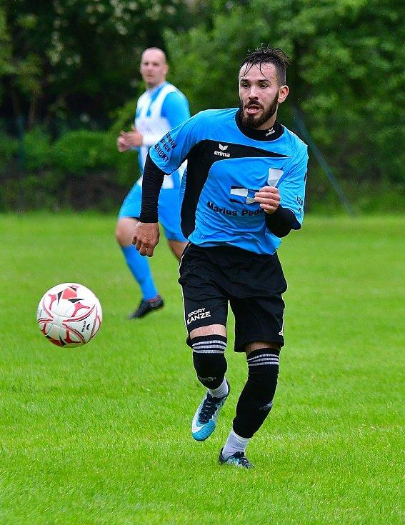 V předehrávce 5. kola skupiny B dosáhly v derby týmů z Poohří na výhru 5:1 hráči Vojkovic (v pruhovaném), kteří si bez problémů poradili s Kyselkou.