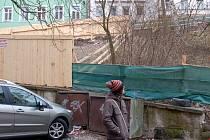 Z ničeho nic se na pozemcích v Moravské ulici objevil masivní dřevěný plot, který ohradil i jeden z pozemků města.