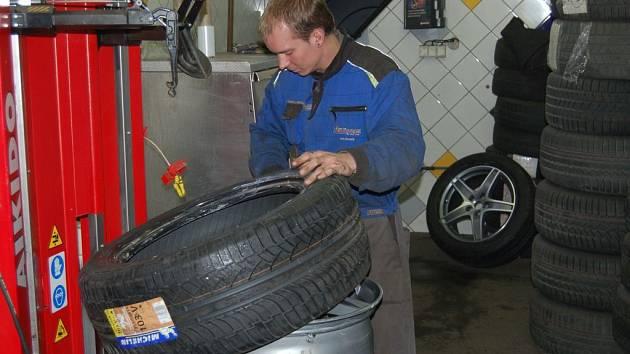 Právě kvůli nové dopravní značce mají pneuservisy napilno už nyní. Jinak totiž ta pravá sezona výměny pneumatik z letních na zimní začíná podle zkušeností Jiřího Hejdy, majitele karlovarského Pneucentra, odkud je i náš snímek, až s prvním sněhem.