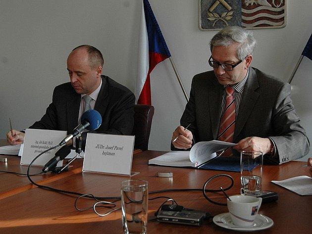 PODPIS SMLOUVY. Jiří Kolář, náměstek generálního ředitele Českých drah pro dopravu (vlevo) a hejtman Josef Pavel včera podepsali smlouvu o dopravní obslužnosti.