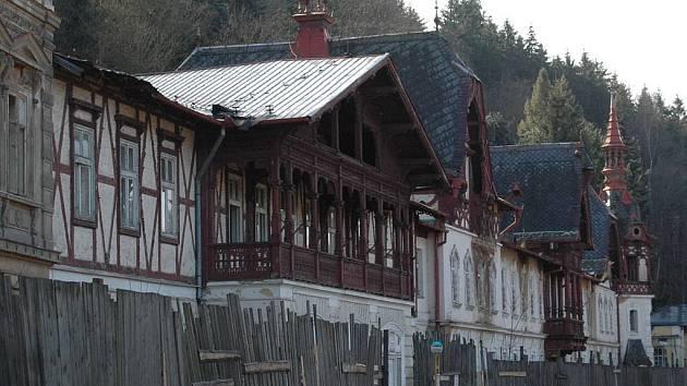Budovy v dlouhém traktu Lázní Kyselka už se opravy nedočkají. Zbyde z nich jen průčelí.