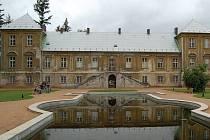 Palác princů. Právě do Paláce princů by se měla přesunout knihovna města Ostrova. I když kolem tohoto projektu panovalo napětí, podle radnice se zvýší kapacita a zlepší podmínky.