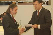 Jan Hadrava (vlevo) složil jako ostatní zastupitelé slavnostní slib při svém jmenování.