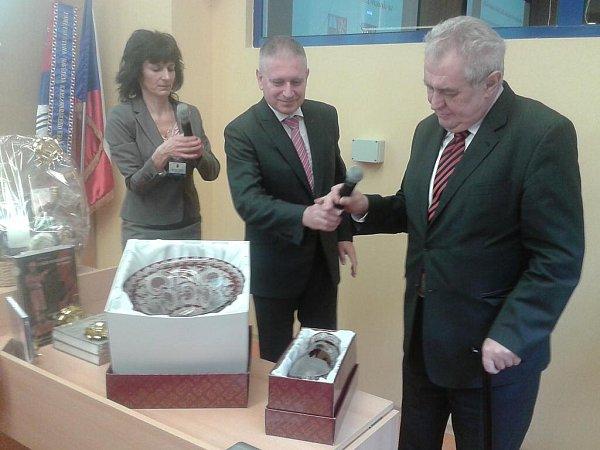 Prezident Miloš Zeman a hejtman Martin Havel si předávají dary