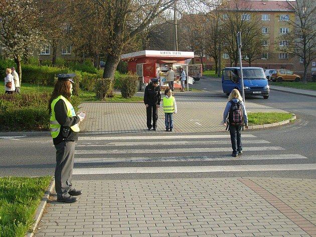 Policisté a strážníci ostrovské městské policie v pondělí dohlíželi na motoristy na jedenácti přechodech ve městě.