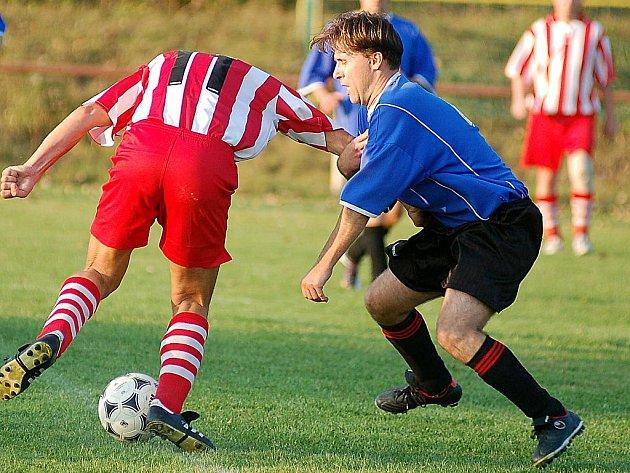 Sokol Sadov (v modrém) v dalším kole fotbalové III. třídy opět zvítězil. Tentokrát pokořil dalovickou rezervu v poměru 2:0.