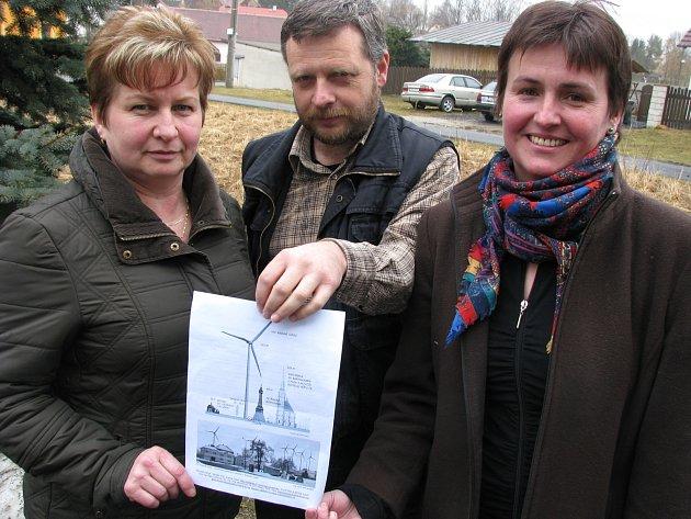 Starostka Útviny Lenka Straková (zleva), předseda občanského sdružení Toužimský antivětrník Jiří Schierl a starostka Otročína Marie Šašková ukazují vizualizaci větrníků.