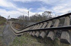 Sesuv půdy a poničená železniční trať u Dalovic na Karlovarsku
